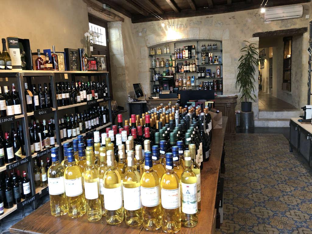 Des références de vins d'appellations françaises (Rhône, Bourgogne, Bordeaux,…) mais aussi de l'étranger (Australie, Argentine,…).